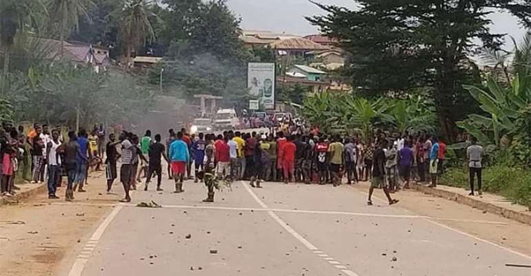 The youth blocked the main road leading to and from Ayamfuri