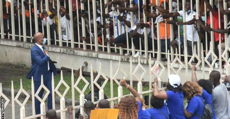 Thousands of fans greeted former Chelsea striker Didier Drogba when he formally submitted his candidacy to be Ivory Coast Football Federation president