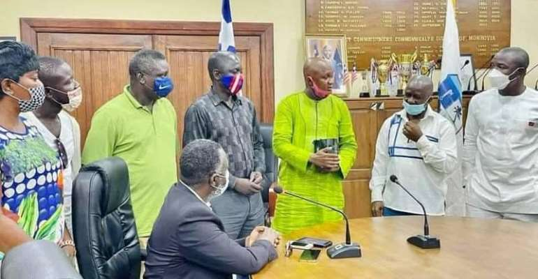 Liberia: Minister McGill, Mayor Koijee Present US$100,000.00 to Waterside Fire Victims on behalf of President Weah