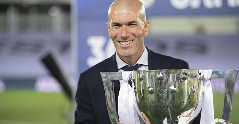 Zidane poses with the LaLiga Santander trophy.