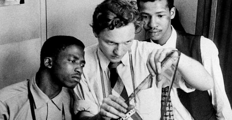 Jürgen Schadeberg in 1955 with trainee photographers at Drum, Peter Magubane, left, and Bob Gosani. Both became well-known photographers. - Source: © Jürgen Schadeberg