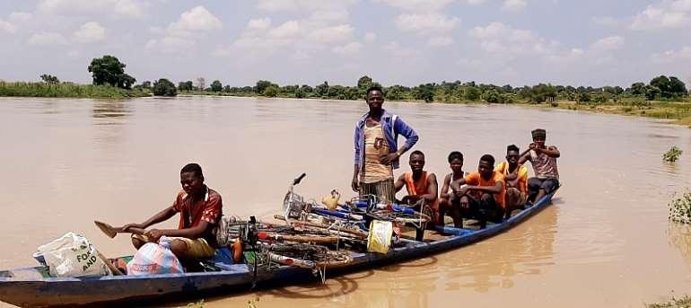 Passengers on canoe without lives jackets