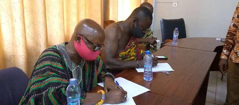 Bogoso Chief Nana Akwasi Sompreh II (right) and Boppoh Chief Nana Atta Kojo Bremebi sign the MOU.