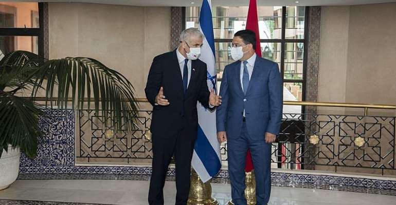 Moroccan Foreign Minister Nasser Bourita (right) welcomes his Israeli counterpart Yair Lapidis to Rabat in August 2021. The normalization of relations between these two countries precipitated the breakdown of Moroccan-Algerian diplomatic relations - Source: EPA-EFE / Alal Morchidi