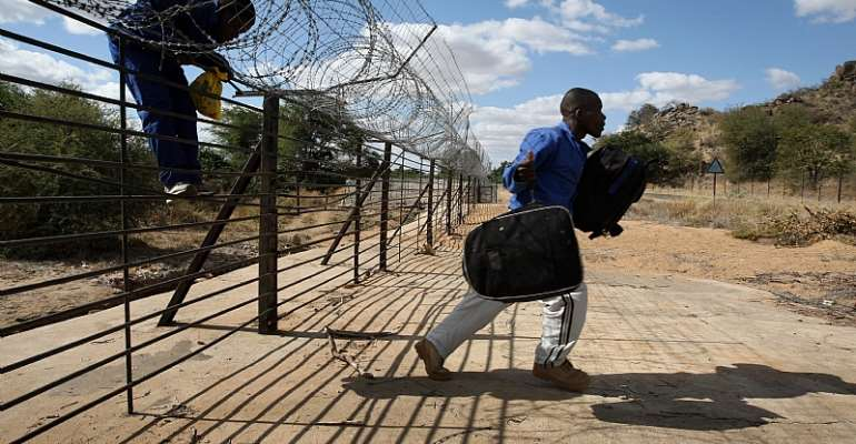 Zimbabwean migrants illegally cross Into South Africa.  - Source: John Moore/Getty Images