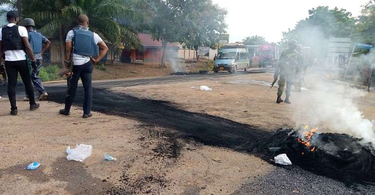 V/R: Police Advise Travellers After Road Blockade By Western Togoland Group