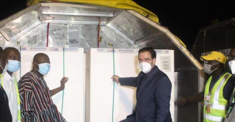 German Ambassador, Daniel Krull and the Deputy Minister of Health Alhaji Mahama Asei Seini in a symbolic handover of the vaccine doses.