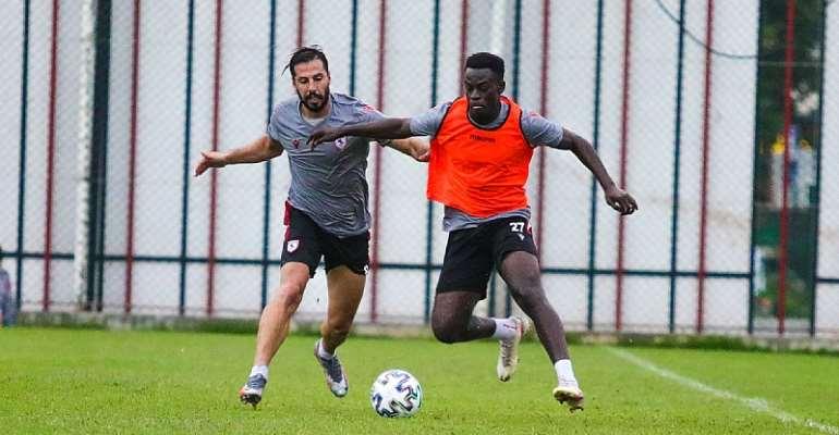 Edwin Gyasi trains with teammates