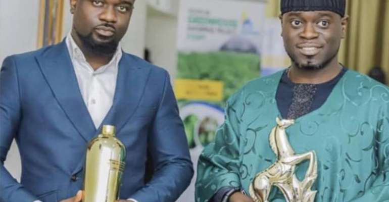 Sarkodie and Nathaniel displaying their awards