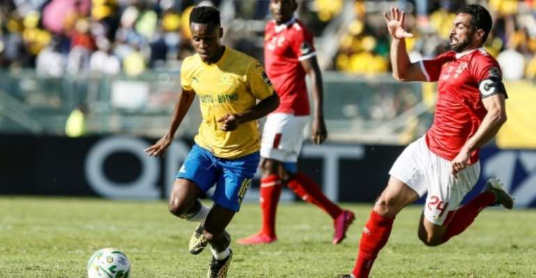 A last-gasp winner from Themba Zwane (L) kept the South African league title hopes of Mamelodi Sundowns alive Monday..  By Phill Magakoe (AFP)