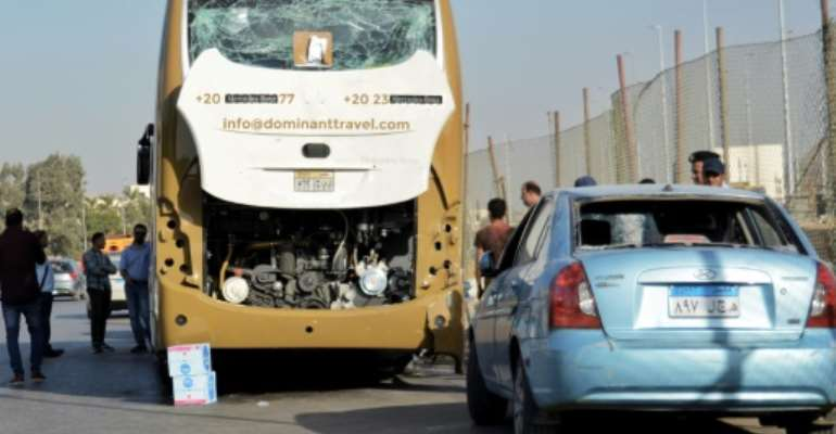 A roadside bomb has hit a bus carrying South African tourists and a nearby car carrying Egyptians in Giza near Egypt's famed Giza pyramids, leaving some of them injured.  By Sayed HASAN (AFP)