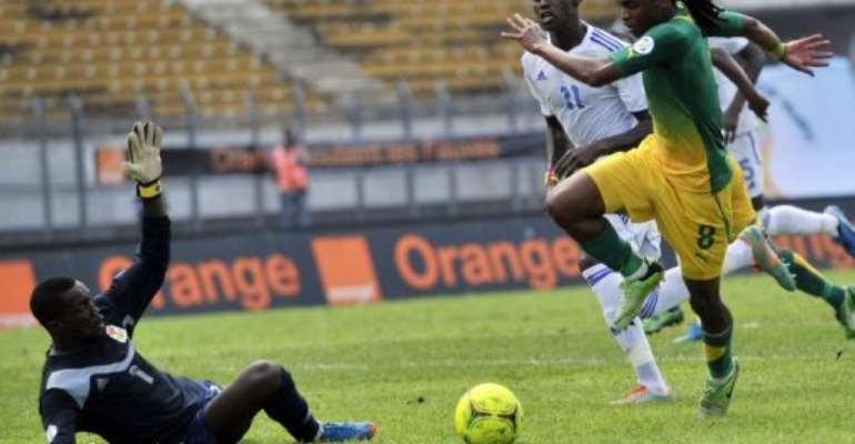 Siphiwe Tshabalala (right) on the ball against Central African Republic in Yaounde on June 8, 2013.  By Issouf Sanogo (AFP/File)
