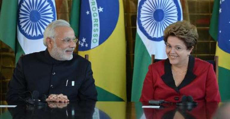 Brazilian President Dilma Rousseff (R) talks with Indian PM Nerendra Modi at the presidential palace in Brasilia, on July 16, 2014.  By Edilson Rodrigues (AFP)