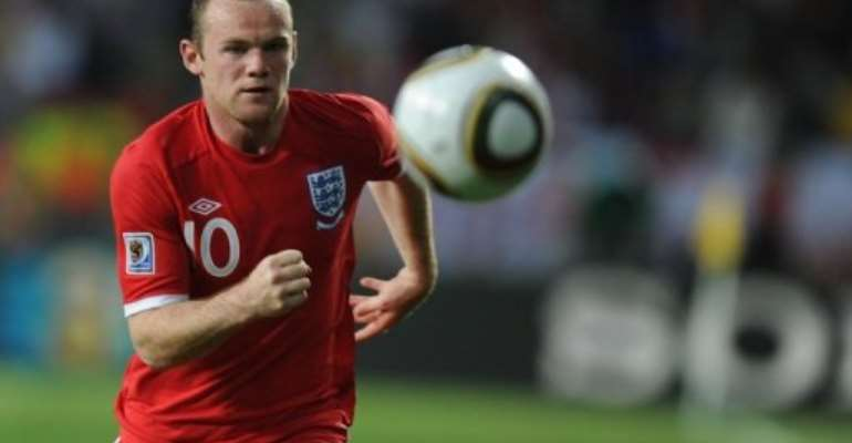 England striker Wayne Rooney runs with the ball.  By Patrick Hertzog (AFP/File)