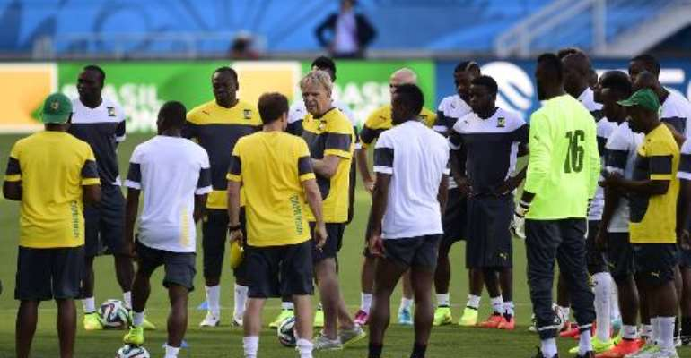 Cameroon's German coach Volker Finke (centre) talks to his players during a training session at the Das Dunas stadium in Natal on June 12, 2014.  By Pierre-Philippe Marcou (AFP)