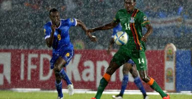 Cape Verde's midfielder Toni Varela (L) vies with Zambia's midfielder Kondwani Mtonga during the African Cup of Nations group A football match on January 26, 2015 in Ebebiyin.  By Khaled Desouki (AFP)