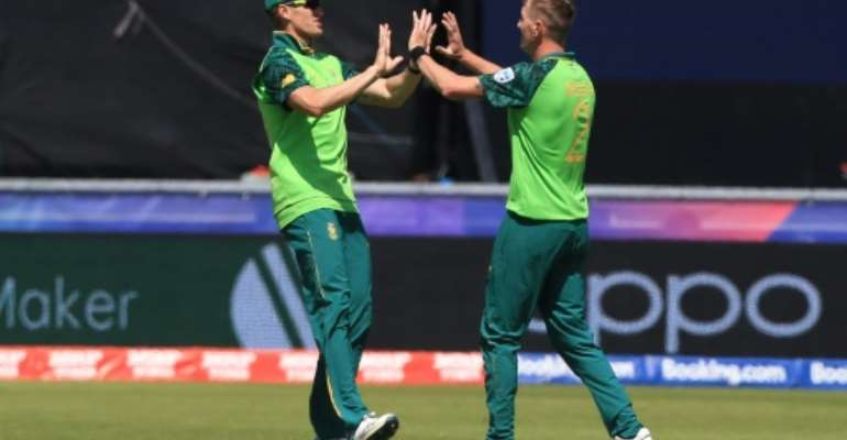 Chris Morris (R) with Faf du Plessis during the 2019 Cricket World Cup.  By Lindsey PARNABY (AFP/File)