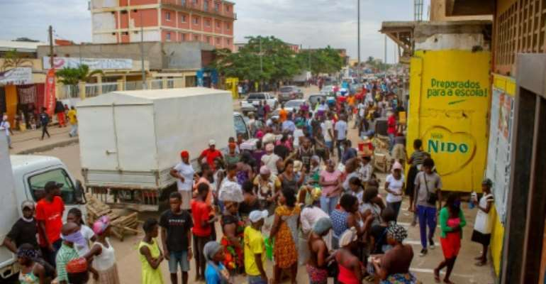 Crowds continue to mass at markets, in front of shops or by water points in Luanda despite the lockdown against the coronavirus.  By Osvaldo Silva (AFP)