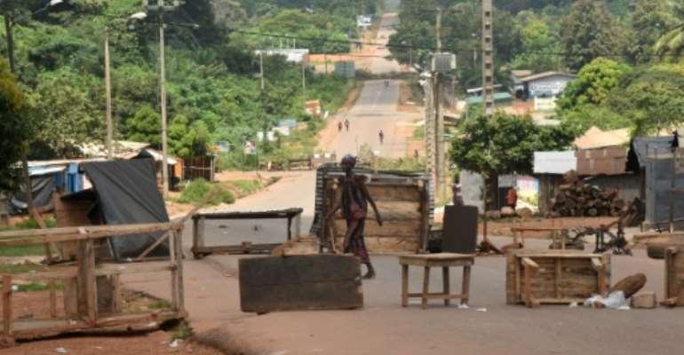 Des barrages empêchent le 31 octobre 2020 l'accès à la ville de Daoukro où les habitants n'ont pas pu voter à la présidentielle en Côte d'Ivoire.  By SIA KAMBOU (AFP)
