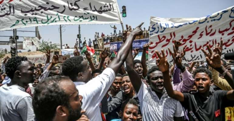 Despite the ousting of long-time leader Omar al-Bashir, Sudanese protesters have kept up their demonstrations calling for the military to hand over rule to a civilian government.  By OZAN KOSE (AFP)
