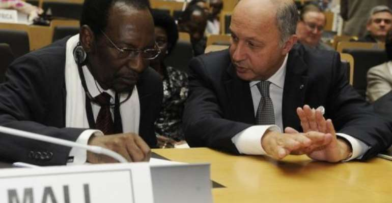 French Foreign Minister Laurent Fabius (R) speaks with Mali president Dioncounda Traore in Addis Ababa, January 29, 2013.  By Simon Maina (AFP)