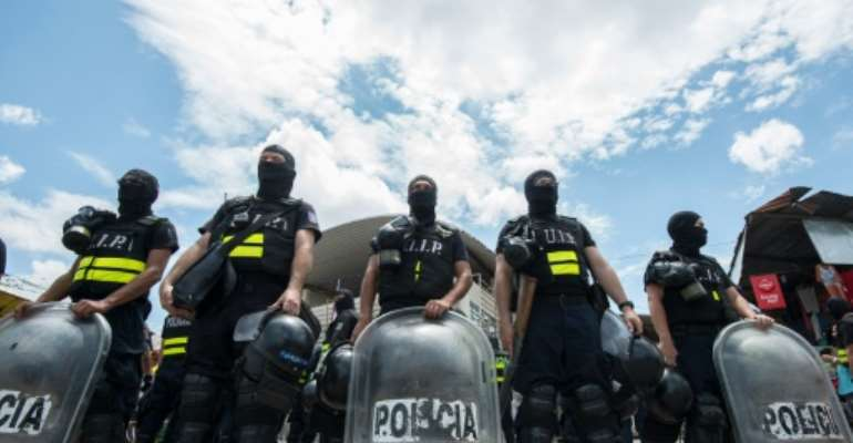 Costa Rican police personnel in riot gear form a line in the border with Panama, 320 km south of San Jose on April 14, 2016.  By Ezequiel Becerra (AFP/File)