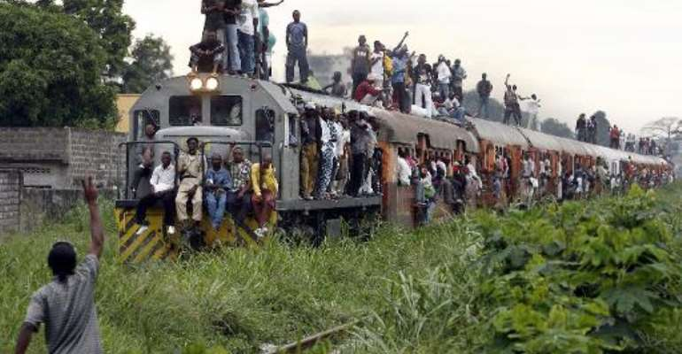This picture taken on November 8, 2006 shows a commuter train carrying Congolese people in Kinshasa.  By Issouf Sanogo (AFP/File)