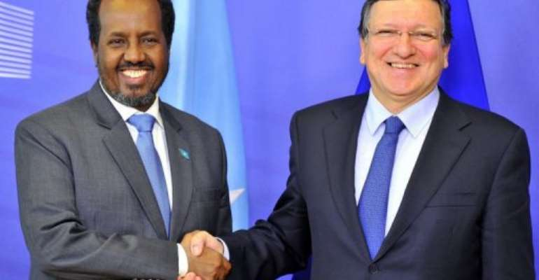 European Commission President Jose Manuel Barroso (R) and Somalia President Hassan Sheikh Mohamud on January 30, 2013.  By Georges Gobet (AFP)