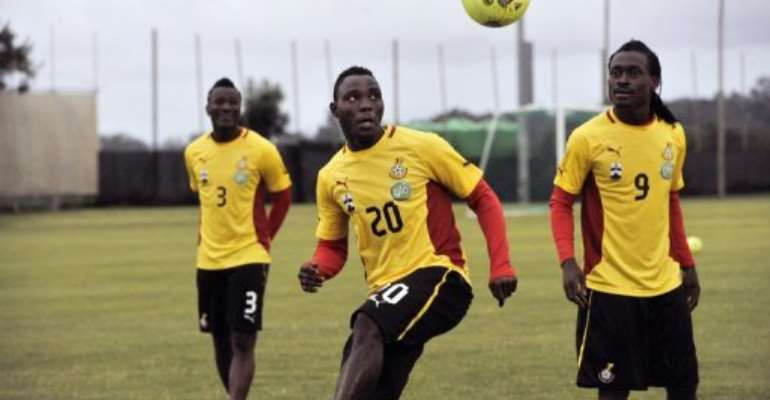 Ghana's Kwadwo Asamoah (C) pictured with teammates during a training session in Nelspruit on February 5, 2013.  By Issouf Sanogo (AFP)