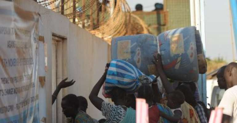 Residents of Juba, the capital of South Sudan, arrive at a UN compound on December 20, 2013 to seek shelter.  By Tony Karumba (AFP)