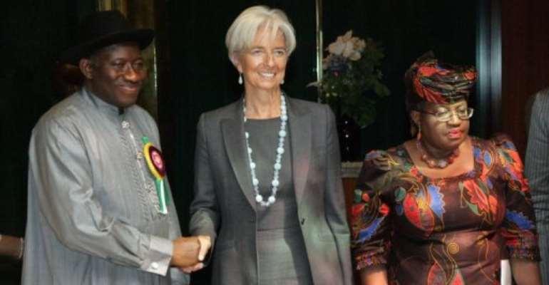 Christine Lagarde (centre) with Nigerian President Goodluck Jonathan and Finance Minister Ngozi Okonjo-Iweala in Abuja.  By Emmanuel Wole (AFP)