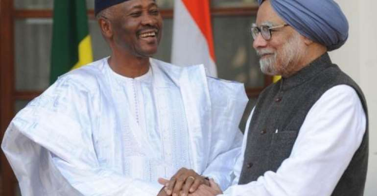 Manmohan Singh  (right) shakes hand with Amadou Toumani Toure during a delegation level talks in New Delhi.  By Raveendran (AFP/File)