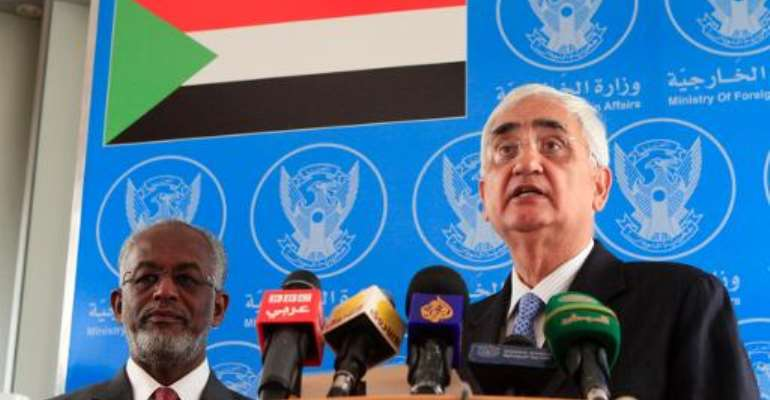 Indian Foreign Minister Salman Khurshid (R) and his Sudanese counterpart Ali Ahmed Karti speak to the press in Khartoum on February 4, 2014.  By Ashraf Shazly (AFP)