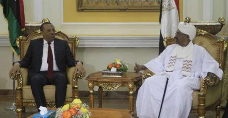 Abdullah al-Thani (left) meets Sudanese President Omar al-Bashir at the presidential palace in Khartoum on October 28, 2014.  By Ashraf Shazly (AFP)