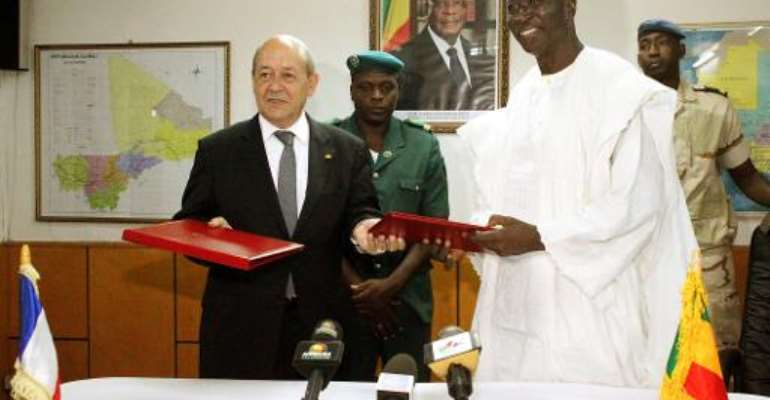 French Defense Minister Jean-Yves Le Drian (L) and his Malian counterpart Bah N'Daw pose on July 16, 2014 in Bamako.  By Habibou Kouyate (AFP)