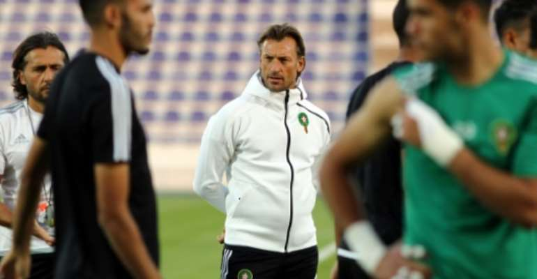 Morocco's French head coach Herve Renard (C) attends a training session with his players at the Sheikh Tahnoun Bin Mohammed Stadium in Al Ain, as part of the preparations for the 2017 African Cup of Nations.  By NEZAR BALOUT (AFP/File)