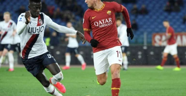 Musa Barrow (L) of Bologna pursues Cengiz Under of Roma.  By Filippo MONTEFORTE (AFP)