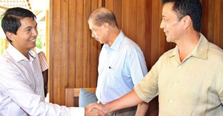 Madagascar's leader Andry Rajoelina (L) shakes hands with his predecessor Marc Ravalomanana (R).  By  (AFP/File)