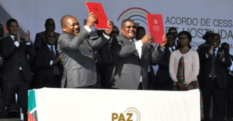 President Filipe Nyusi (L) and Renamo leader leader Ossufo Momade recently signed a pact to formally end military hostilities.  By Stringer (Office of the President of Mozambique/AFP)