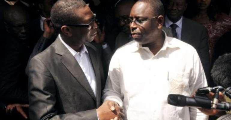 Senegal opposition hopeful Macky Sall (R) meets singer Youssou Ndour in Dakar.  By Seyllou (AFP)
