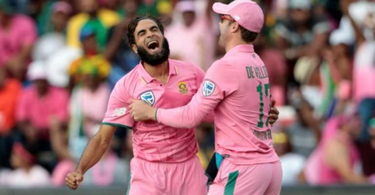 South African bowler Imran Tahir (L) celebrates the dismissal of a Sri Lanka batsman during their third One Day International (ODI at Wanderers cricket ground on February 4, 2017 in Johannesburg, South Africa.  By GIANLUIGI GUERCIA (AFP)