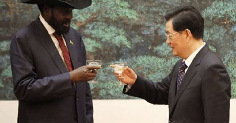 Chinese President Hu Jintao (R) and South Sudan President Salva Kiir toast after a signing ceremony.  By Kazuhiro Ibuki (AFP/POOL)