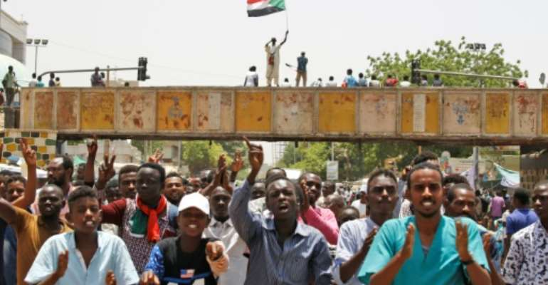 Sudanese chant slogans as they gather during a demonstration outside the army headquarters in Khartoum on May 2, 2019.  By ASHRAF SHAZLY (AFP)