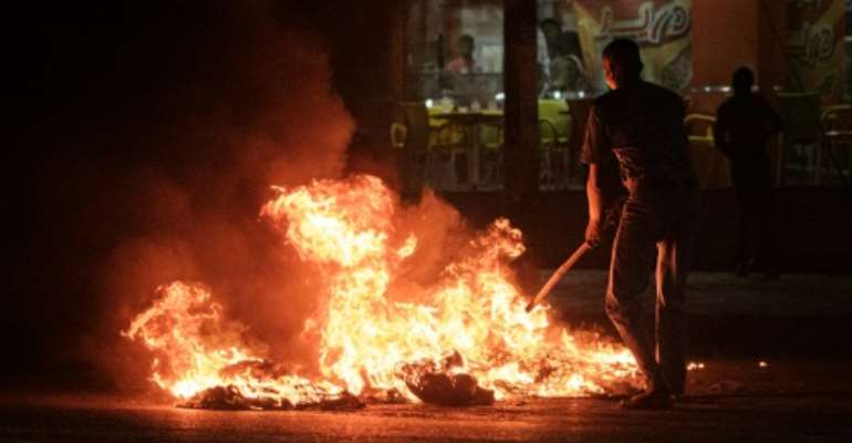 Sudanese protesters burn tyres on June 20, 2019, during a government crackdown that has resulted in 128 deaths.  By - (AFP/File)