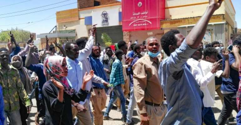 Sudanese protesters chant slogans as they respond to a call to march on the army headquarters in Khartoum.  By STRINGER (AFP)