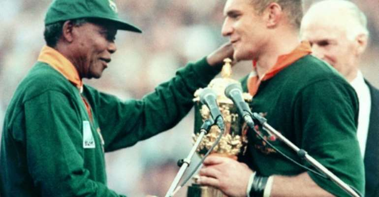 The iconic picture of Nelson Mandela (L) congratulating captain Francois Pienaar after the Springboks won the 1995 Rugby World Cup.  By Jean-Pierre MULLER (AFP)