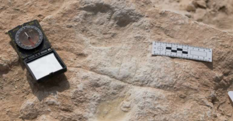 This undated handout photo obtained September 16, 2020 shows the first human footprint discovered at the Alathar ancient lake.  By Klint Janulis (Klint JANULIS/AFP)