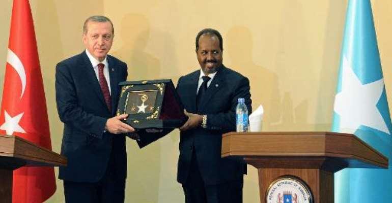 Turkish President Recep Tayyip Erdogan (L) with Somalia President Hassan Sheik Mohamud, in Mogadishu, on January 25, 2015.  By Mohamed Abdiwahab (AFP)