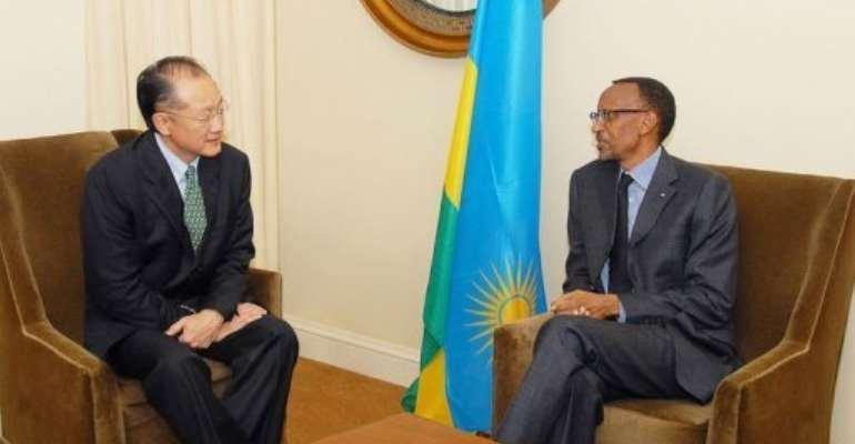 Dr. Jim Yong Kim (L) meets with Rwandan President Paul Kagame.  By  (AFP/US Treasury)
