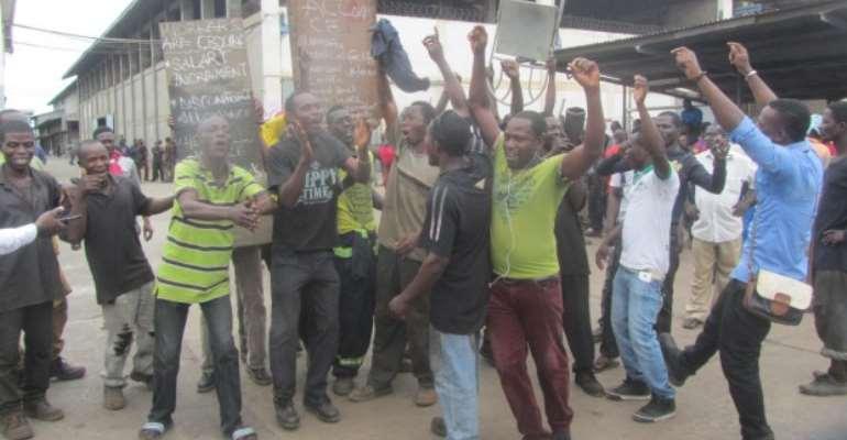 Ferro Fabrik Workers Lay Down Tools